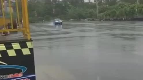 汽车漂移下雨路滑,注意安全,中途汽车失灵要冷静处理!