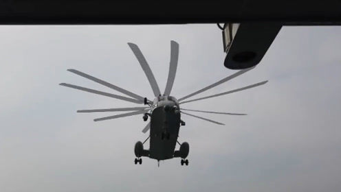 """方寸之间 精准降落 直击舰载直升机飞行学员倒飞机""""入库""""现场"""