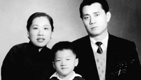 戴笠的一名手下,因擦枪走火被开除,流亡香港生下一儿子名震全球