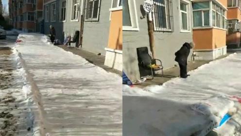 七旬奶奶连续5年为孙子搭雪滑梯,邻居:中国好奶奶