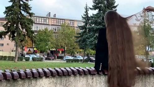 美女披着长发很美,编成辫子,又优雅又有气质
