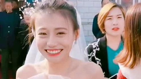 大冬天里穿着婚纱的新娘,真是美丽冻人