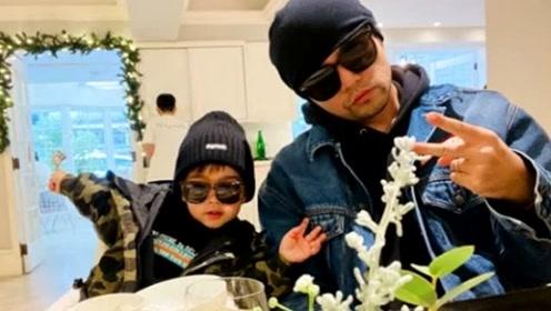 周杰伦又和儿子同框秀幸福,2岁小小周戴墨镜凹造型比爸爸还抢镜