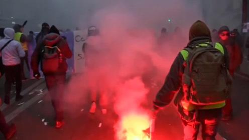 法国爆发全国大罢工:80多万人游行示威 警察与示威者持续激烈冲突