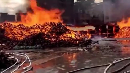 广东清远木材厂起火:3栋居民楼被引燃 27台消防车紧急救援