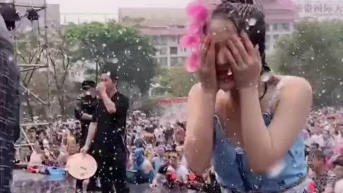 东南亚传统泼水节,高颜值小姐姐很容易被人围攻,衣服全都湿透了