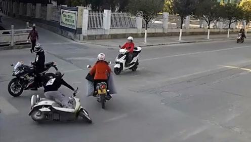 女司机骑电动车 犯这种错误的 应该是刚学不久的