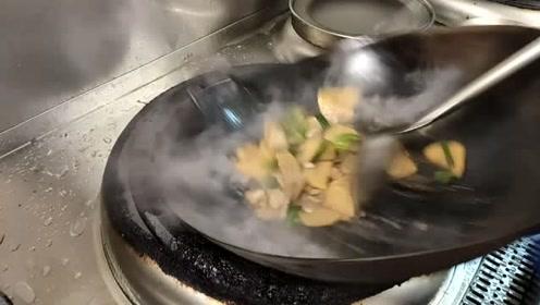 顾客点了土豆烧肉,大厨1分钟搞定出锅,怪不得工资15000