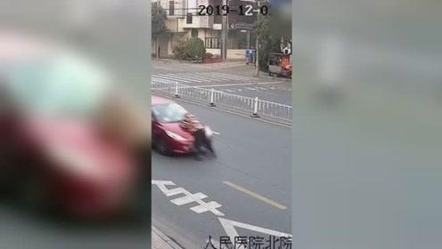女儿开车顶着父亲在街头狂奔!原因让人无语