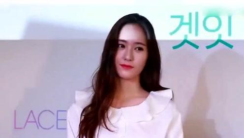 郑秀晶晒美照衣服扣子全开 粉丝直呼:快扣好!