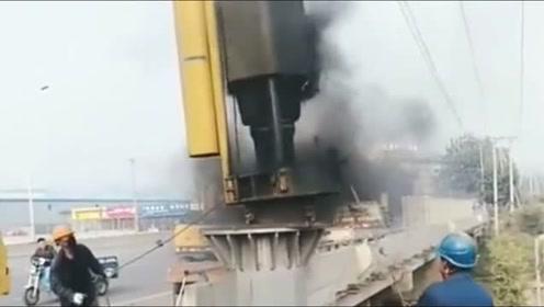 原来桥上的大钢柱,是这样打进去的,真是开眼了!