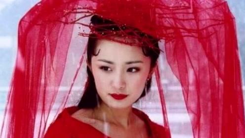 14年前她给刘亦菲撑伞, 14年后成一线女星, 混得比刘亦菲还狠