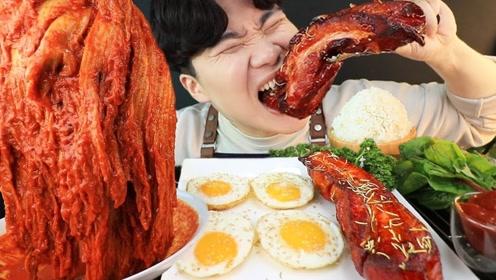 韩国小哥偷吃夜宵,整条五花肉烤着吃,搭配着超辣白菜汤,太好吃了!