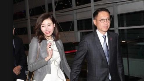 49岁李嘉欣颜值在线身材好 陪富商老公参加活动气质出群