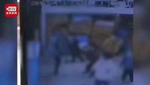 太狠心!幼儿园保育员脚踢幼童下体被辞退 警方介入调查