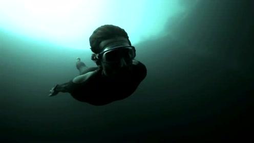 202米窒息式蓝洞潜水,一脚跳下专治深海恐惧症