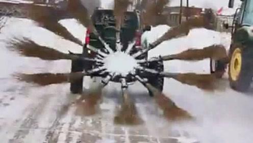 劳动人民的智慧我们不懂,看到扫雪的工具我笑了,小伙的发明太有想法了!