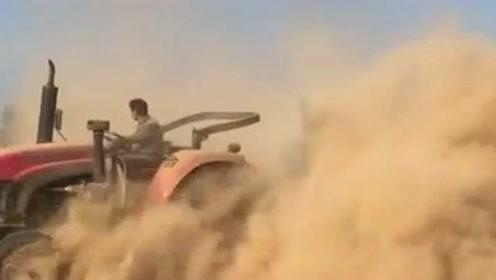 师傅你这拖拉机马力挺足啊,弄的满天尘土飞扬,都开出坦克的感觉了!