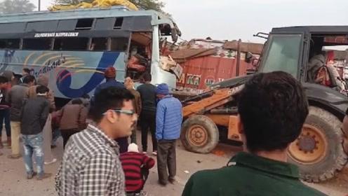 印度发生严重车祸!一公交车失控撞上货车 造成至少10死30伤