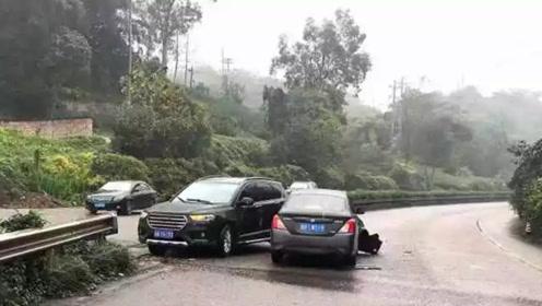 男子驾车见路中央有缺口准备掉头 后车避让不及撞了上去