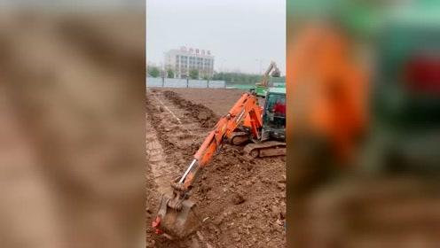 给你们见识中国大妈的威力!挖掘机司机都害怕