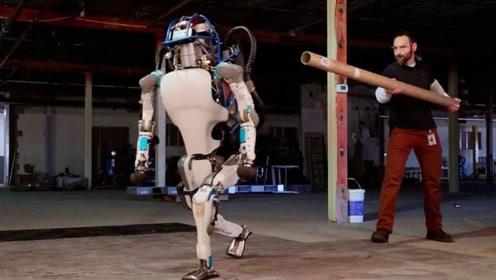用棍子打机器人会反抗吗?老外亲测,机器人反应让人后怕!