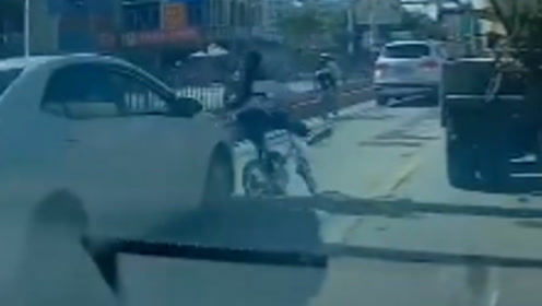 """男生骑车""""鬼探头""""式过马路 被小车撞出蛇行走位"""