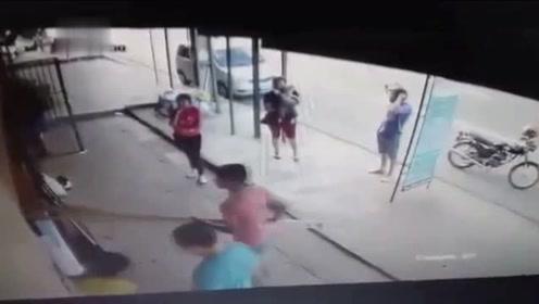 惊悚!卡车失控冲进商场 母亲抱着婴儿死里逃生