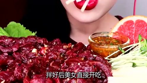 韩国吃播:生牛肉拌生鸡蛋,直接大口吞咽,这吃法不怕有寄生虫吗