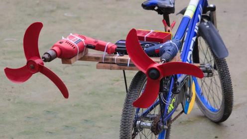 印度小哥买不起摩托,给自行车装螺旋桨,体验飞一般的感觉