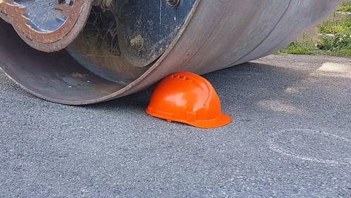 老外把安全帽放到压路机下碾压,安全帽能承受住吗?结果让人想不到!