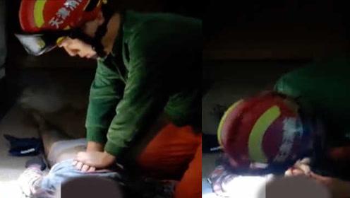 火灾中9岁女童被浓烟呛晕,消防员跪地胸外按压+人工呼吸救醒