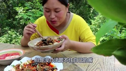 胖妹嘴馋吃肉末茄子,这吃相也是没谁了,汤汁泡饭真过瘾