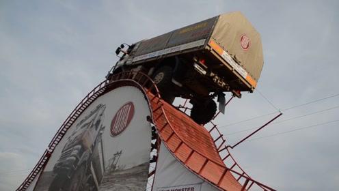 玩命的货车司机,开着车去玩过山车,在顶点的时候好吓人!
