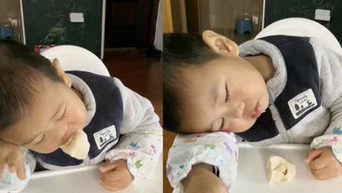 2岁萌娃吃馒头秒睡:为让他吃饭,爷爷抱他跑步