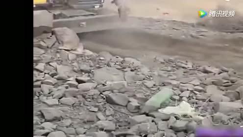 挖掘机的惊人瞬间!太危险了!