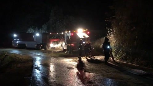 全线设防!为防山火蔓延,消防每百米一台消防车堵截火势