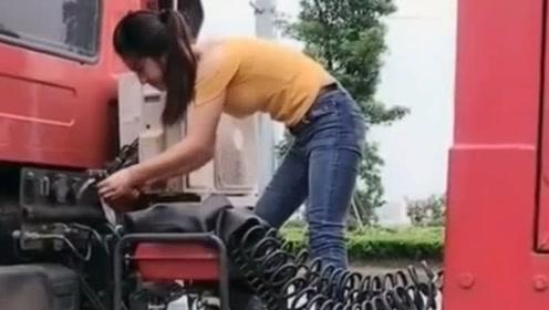 卡车女司机果然厉害,自己开车自己上油,还可以自己修车