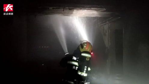 一小区11楼住宅突发大火,浓烟滚滚,施救时消防栓竟没有水