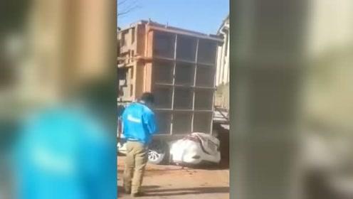 现场!云南文山一重型货车侧翻压扁轿车压中摩托车,致7死2伤
