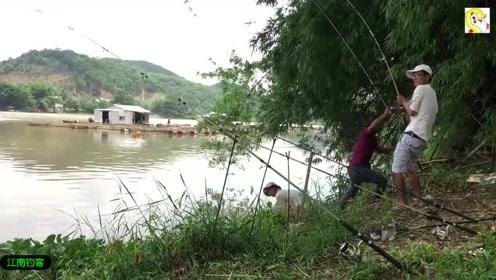 小河边几个小伙在河边撒下几根钓竿,一会钓上的野货让几个小伙高兴大叫