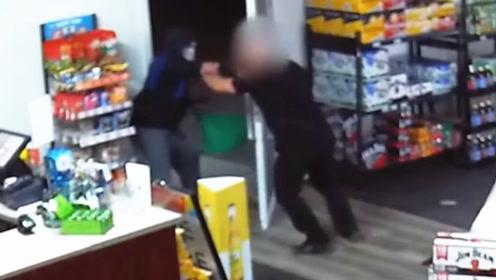 抢劫?办他!监拍:店铺老板被持刀歹徒找上门 临危不惧以拳退敌