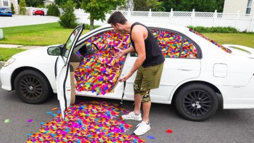 男子用10万片羽毛恶搞兄弟,打开车门的那一刻,结果淡定不了了!