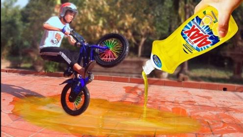 小伙在地板上涂满洗洁精,骑车从上面驶过,结果摔的爬不起来!