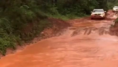开丰田霸道很拉风,可你满身泥浆的样子好狼狈,司机真是个狠人!