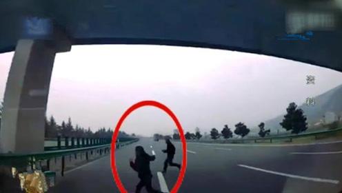 伤不起的行人横穿高速,只为图一时之快,葬送了自己的性命!