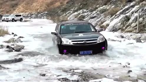 老司机太任性了,大冬天跑河里来玩越野,差点就陷进去了!