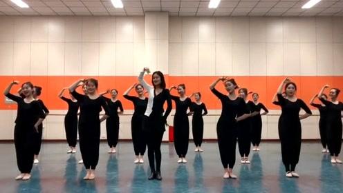 能站C位不是没有原因的,舞蹈老师跳舞让人一见钟情
