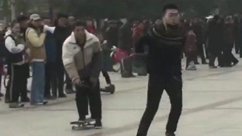 一顿操作累出汗,仔细一看轮没转,人家是玩滑板小伙子是转滑板!