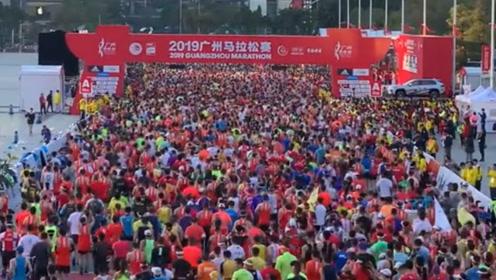 """广州马拉松鸣枪开跑 上万人""""冻""""感出发场面壮观"""